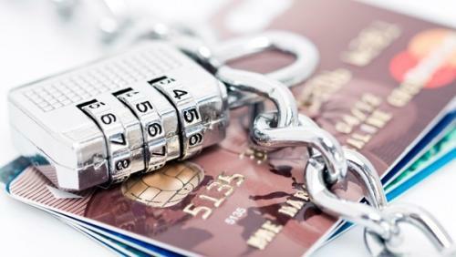 Hlídejte si svoji platební kartu, aby ji někdo nezneužil. Stačí dodržovat základní pravidla pro bezpečné placení kartou.