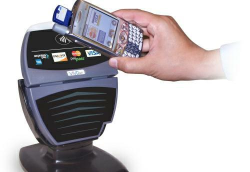 Bezkontaktní technologie placení umožní zaplatit i z mobilního telefonu. Navíc nemusáte zadávat PIN a zaplatíte během pár sekund. Je to ale bezpečné?